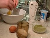 Do jiné misky rozklepněte celá vejce.