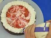 Povrch dortu ozdobte dle libosti zbytkem šlehačky.