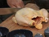 Kuře opláchněte a zbavte nejtučnějších částí kůže.