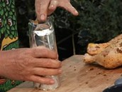 Plechovku piva obalte alobalem.