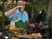 Plechovku otevřete a trochu piva vypijte nebo odlijte do skleničky.