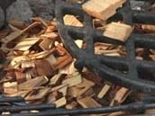 Na ohniště přihoďte mokré štěpky z třešně.