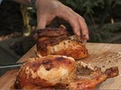 Hotové kuře pěkně naporcujte a můžete podávat.