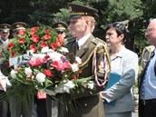 Vojáci a představitelé města se chystají položit věnce k památníku
