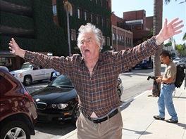 Peter Falk při záchvatu v ulicích Los Angeles (2008)
