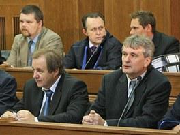 Na lavici obžalovaných usedlo se svými obhájci deset lidí.