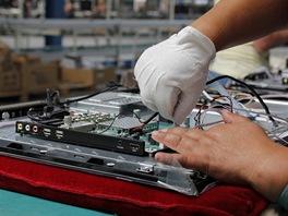 Montáž LCD televizorů v továrně Changhong: propojení jednotlivých boardů kabely