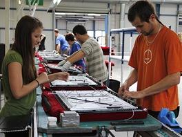 Montáž LCD televizorů v továrně Changhong: osazení kabeláže obrazovky a