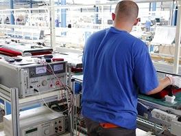 Montáž LCD televizorů v továrně Changhong: televizory se kontrolují i pod