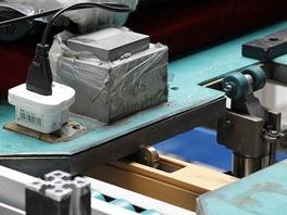 Montáž LCD televizorů v továrně Changhong: transformátor z 12 na 230 V.