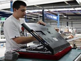 Montáž LCD televizorů v továrně Changhong: nasazení krytu televizoru.