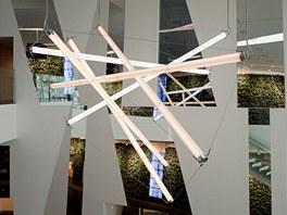 Skulpturální lustr ve foyeru Bella Sky je tak trochu odkazem k severské krajině, kde se rovněž mísí studené a teplé tóny.