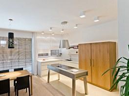 Hlavní úložný prostor v kuchyni tvoří hluboká skříň z ořechu.