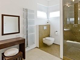 Koupelna má velký sprchový kout, ale i toaletní stolek.