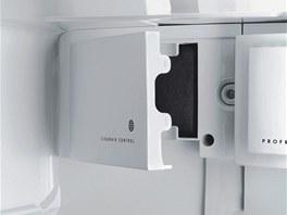 CleanAir filtr u chladniček AEG absorbuje veškeré pachy uvnitř chladničky, a tím chrání přirozené aroma jednotlivých potravin.