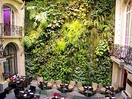 Zelen� st�na pa��sk�ho hotelu Pershing Hall z roku 2001 je prvn�m velk�m