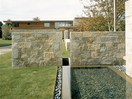 Vodní plochy kontrastují s žulovými stěnami.