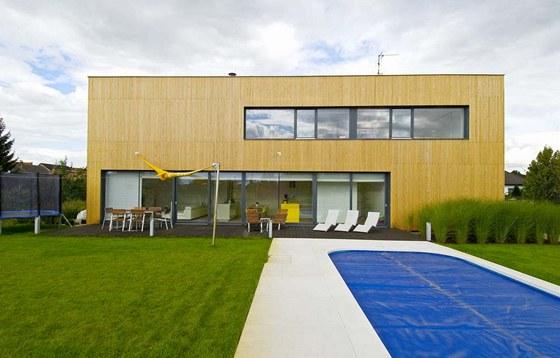 Masivní vzhled zjemňuje vertikální dřevěné obložení fasády. Zdroj:
