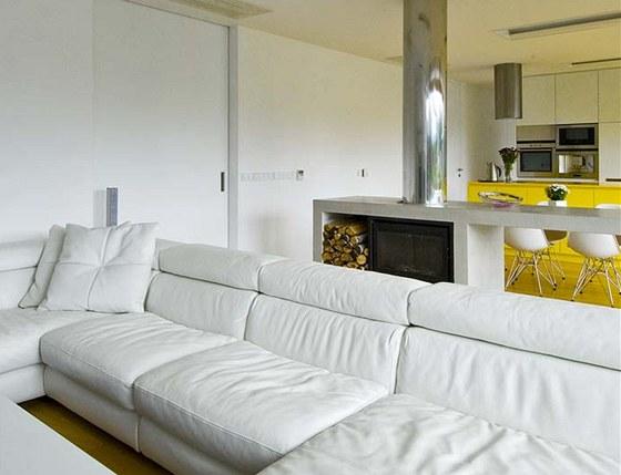 Nábytek architekt zvolil převážně v bílé barvě, aby interiér působil co