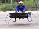 Christopher Malloy při testování létajícího motocyklu