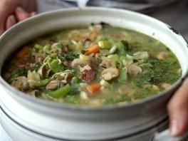 Zeleninová polévka s houbami je na léto jako dělaná.
