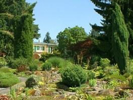 Zahrada je zajímavá v každé roční době. Ovšem alpínum pod vilou, zrenovované v