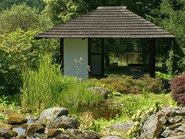 Pavilon v japonském stylu ve spodní části zahrady pod alpínem