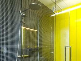 Žlutý akcent se objevuje i v jiných částech domu, prospívá i koupelně s