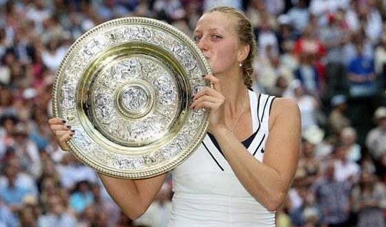 Petra Kvitová líbá trofej pro vítězku tenisového Wimbledonu