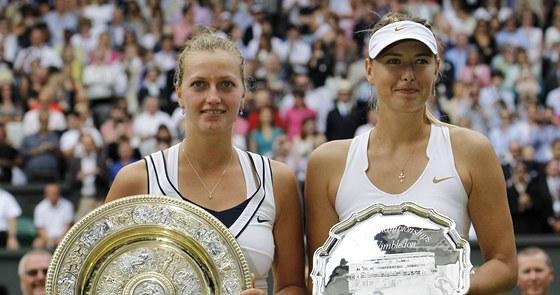 FINALISTKY. Petra Kvitová (vlevo) a Maria Šarapovová pózují s trofejemi pro