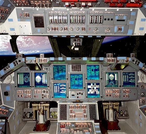 """""""Palubní deska"""" raketoplánu Atlantis. Fotografováno ještě ve vesmíru."""