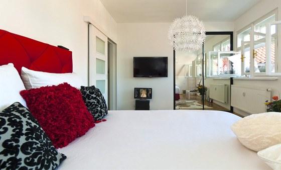 V malé ložnici je naštěstí vestavná skříň, prostor šetří i posuvné dveře.