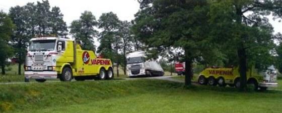 Uvázlý kamion musela přijet vyprostit těžká technika.