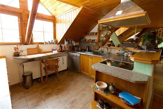 V praktick� kuchyni je spousta odkladn�ch ploch. Jedna ��st desky je nahrazen�