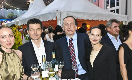 Jan Klaus s man�elkou Veronikou a V�clav Klaus ml. s p��telkyn� Lucii