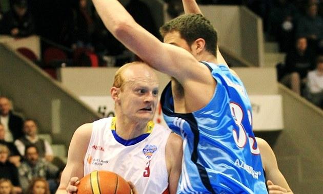 Pardubický basketbalista Tomá� Tóth prorá�í obranu prost�jovského Kyla Landryho.