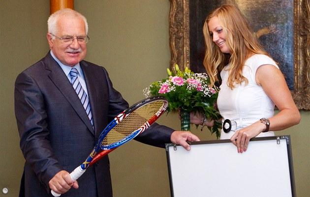 P�KNÁ. Václav Klaus si prohlí�í raketu, kterou dostal od vít�zky Wimbledonu