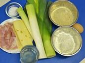 Potřebovat budete pórek, plátkový sýr, anglickou slaninu a věci běžné na