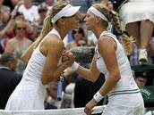 BYLAS LEPŠÍ. Maria Šarapovová gratuluje Petře Kvitové k vítězství ve Wimbledonu.