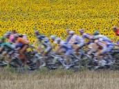 SLUNE�NICE. Peloton Tour de France se v 7. etap� do�kal tradi�n�ch kulis.