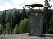 Dobrodružná věž s lezeckou stěnou a rampou pro skoky ze třináctimetrové výšky. Vlevo stojí obří tandemová houpačka.
