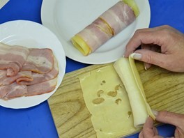 Nejdříve pórek obalte sýrem.