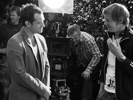Jude Law se baví s Ivanem Zachariášem při natáčení znělky pro 46. ročník