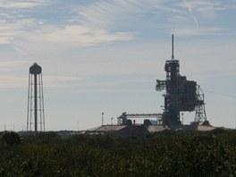 Startovací komplex LC-39A (vpravo, v popředí) a LC-39B. Voda z vyvýšené nádrže (přes milion litrů) slouží k utlumení hluku při startech raketoplánů.