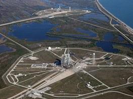 Letecký pohled na Startovací komplex 39. V popředí vidíme 39A, dále od fotografa pak 39B. Vpravo je Atlantský oceán.