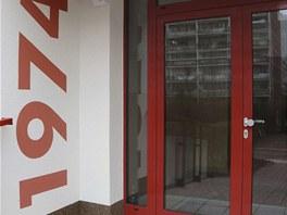 Na zadních vchodech jsou číslice umístěny inverzně: červená na světlé.