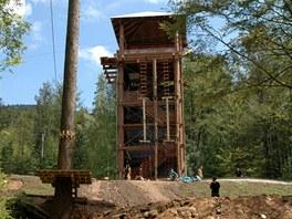 Dobrodružná věž s lezeckou stěnou a rampou pro skoky ze třináctimetrové výšky.