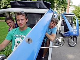 Martin Chodounský, Robert Černý a Vojtěch Šik vozí návštěvníky festivalu v