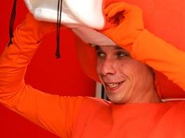 Do kostýmu oranžového pantera skupiny ČEZ se každý den převléká Jakub Hubert.