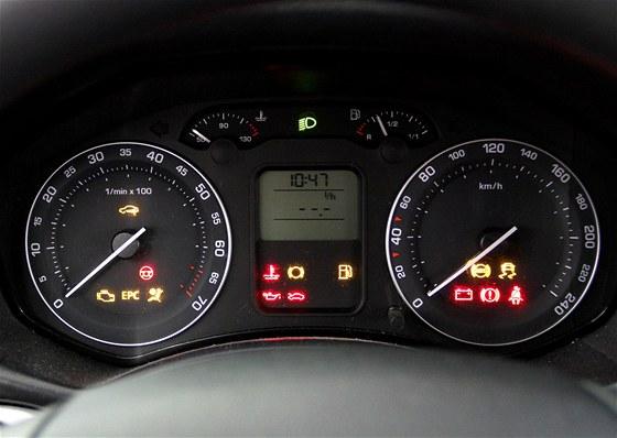 Kontrolky benzinov�ho motoru. Na rozd�l od naf��ku je v benzinov� �kodovce